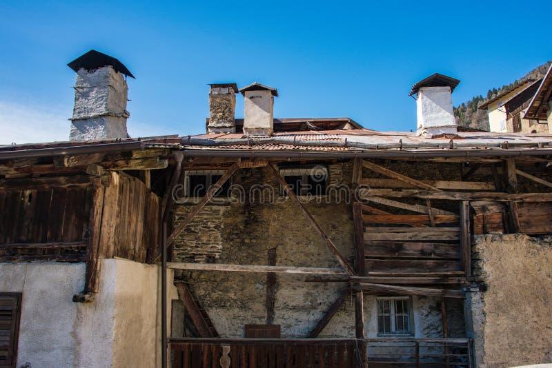 Vecchia casa italiana della montagna, costruita di legno e delle pietre Trento, Italia, Europa immagini stock