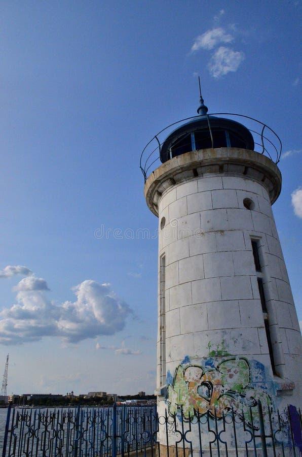 Vecchia casa leggera in porto rumeno fotografia stock