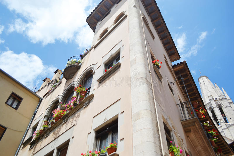 Vecchia casa nel centro di Girona fotografie stock