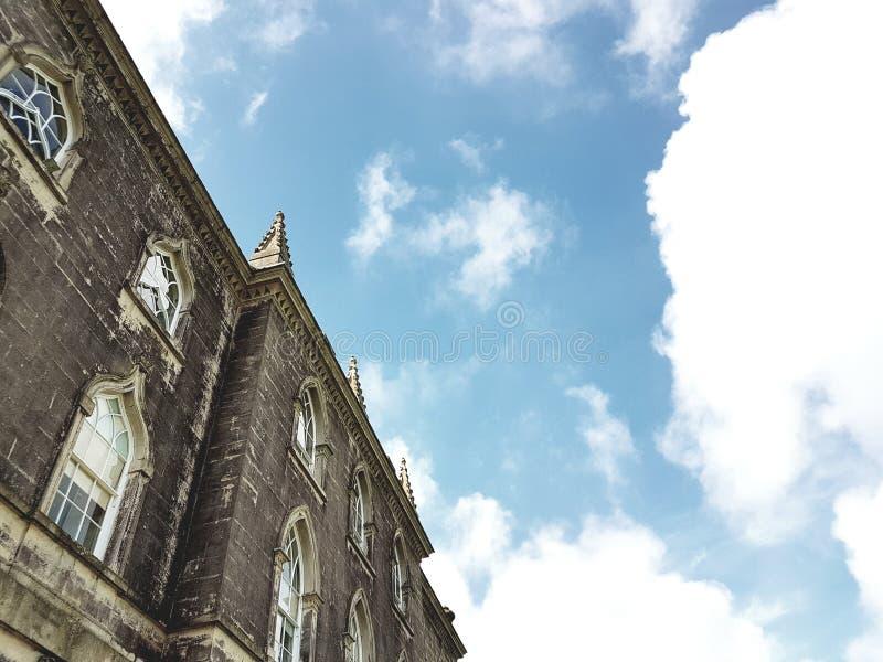 Vecchia casa padronale con il contesto del cielo blu immagini stock libere da diritti