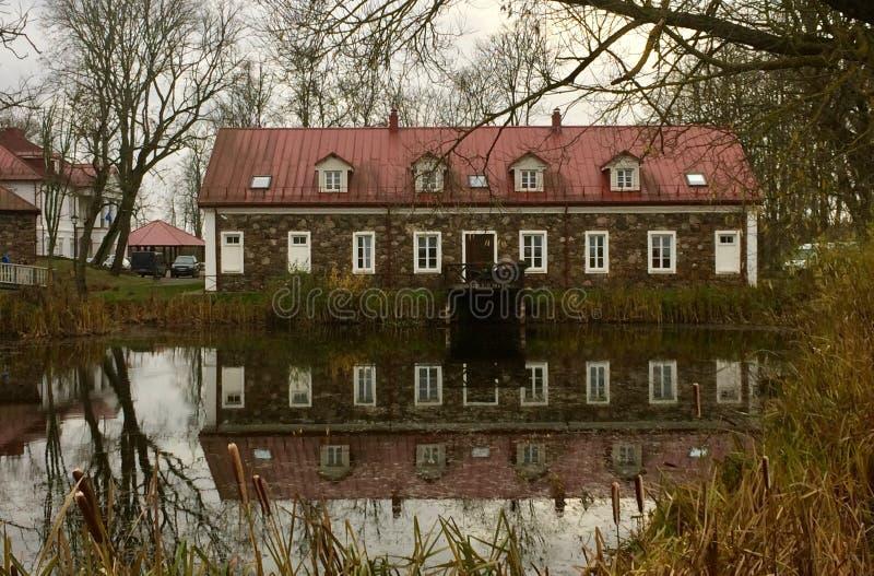 Vecchia casa in parco fotografie stock libere da diritti