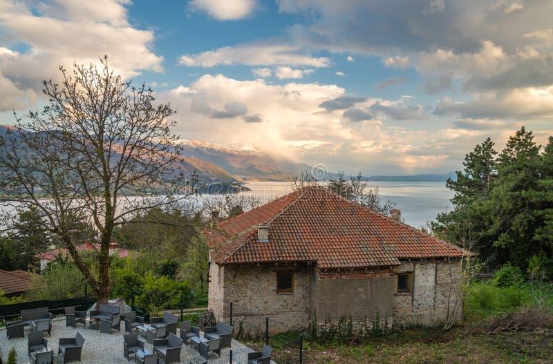 Vecchia casa qui sopra del lago Ocrida fotografie stock libere da diritti