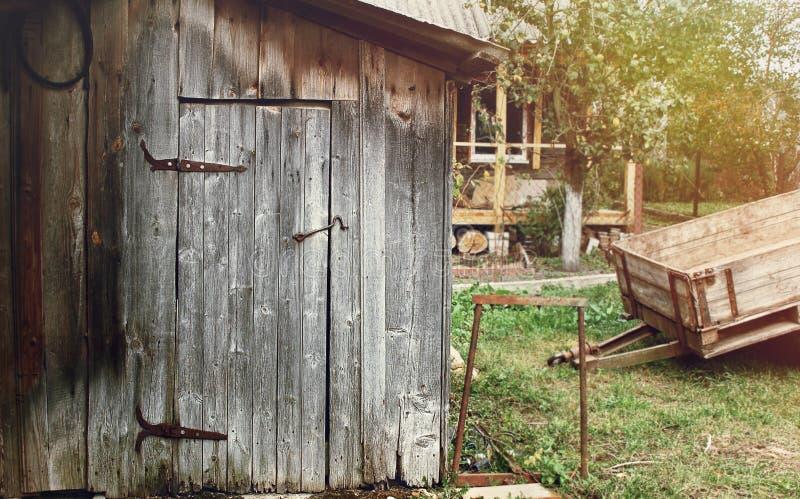 Vecchia casa rurale di legno nella campagna fotografia for Case di legno del paese del lago