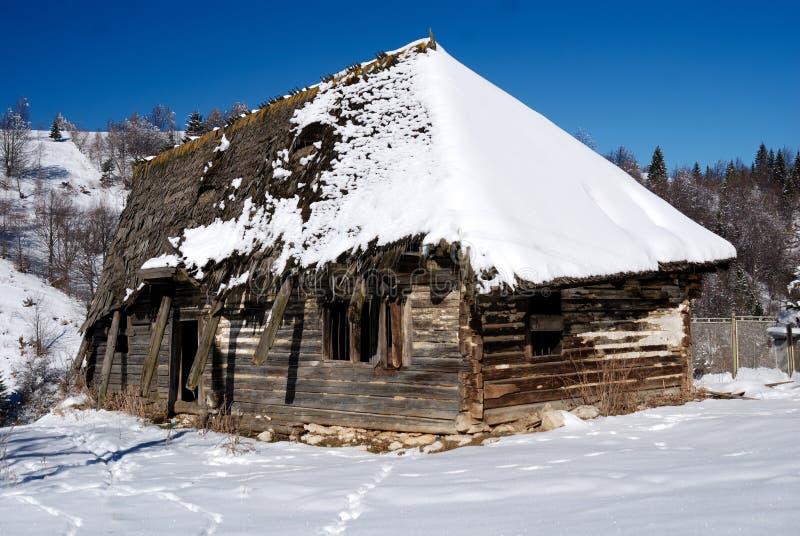 vecchia casa rustica di legno romania immagine stock
