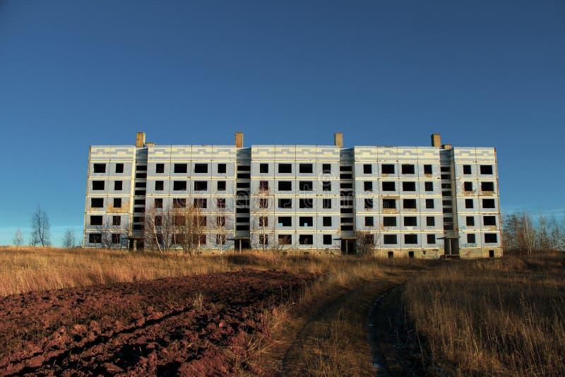 Vecchia casa sola non finita sovietica nel campo fotografia stock libera da diritti