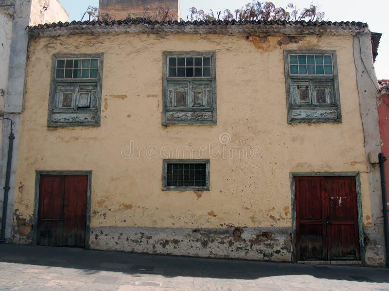 Vecchia casa spagnola tipica in Tenerife con le pareti gialle del gesso fotografie stock libere da diritti