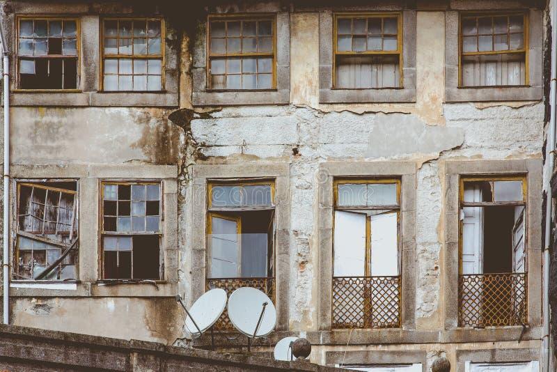 Vecchia casa sporca della parete anteriore a Oporto, Portogallo immagine stock libera da diritti