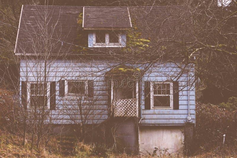Vecchia casa terrificante nel legno fotografie stock libere da diritti
