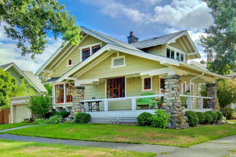 Vecchia casa verde di stile dell'artigiano con il portico coperto. immagini stock libere da diritti