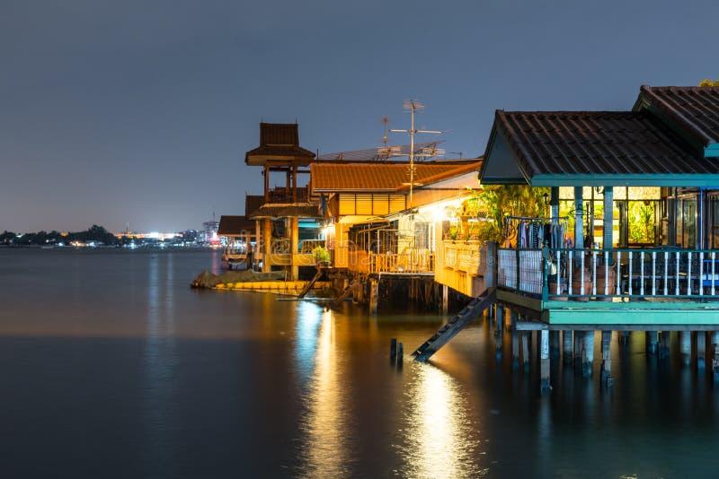 Vecchia casa vicino al fiume/canale in Tailandia Stile di vita di lungomare CU fotografia stock libera da diritti