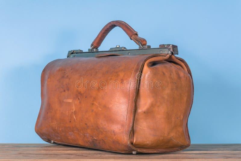 Vecchia cassa di cuoio marrone d'annata immagine stock libera da diritti
