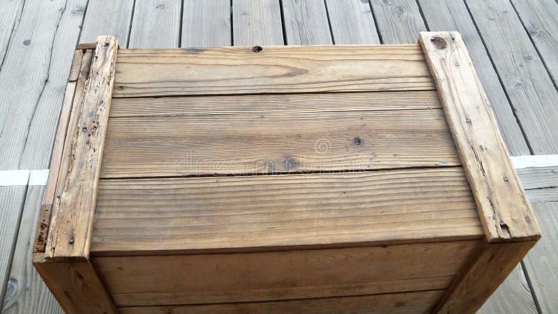 Vecchia cassa di legno marrone sul marciapiede di legno fotografia stock