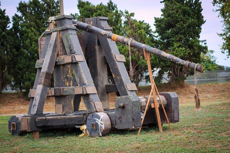 Vecchia catapulta, ricostruzione, su uno sfondo naturale immagine stock