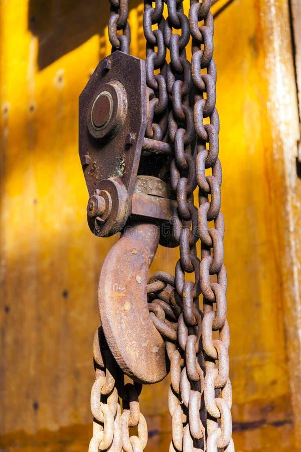 Vecchia catena arrugginita con il gancio di una gru fotografia stock libera da diritti