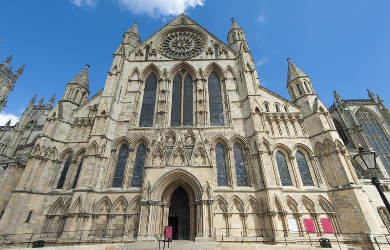 Vecchia cattedrale inglese nel centro urbano fotografia stock libera da diritti
