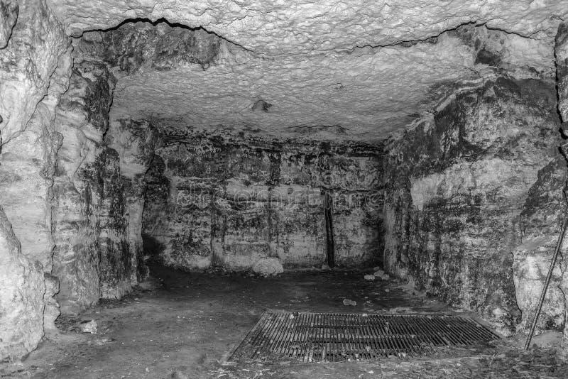 Vecchia caverna o catacomba immagini stock libere da diritti