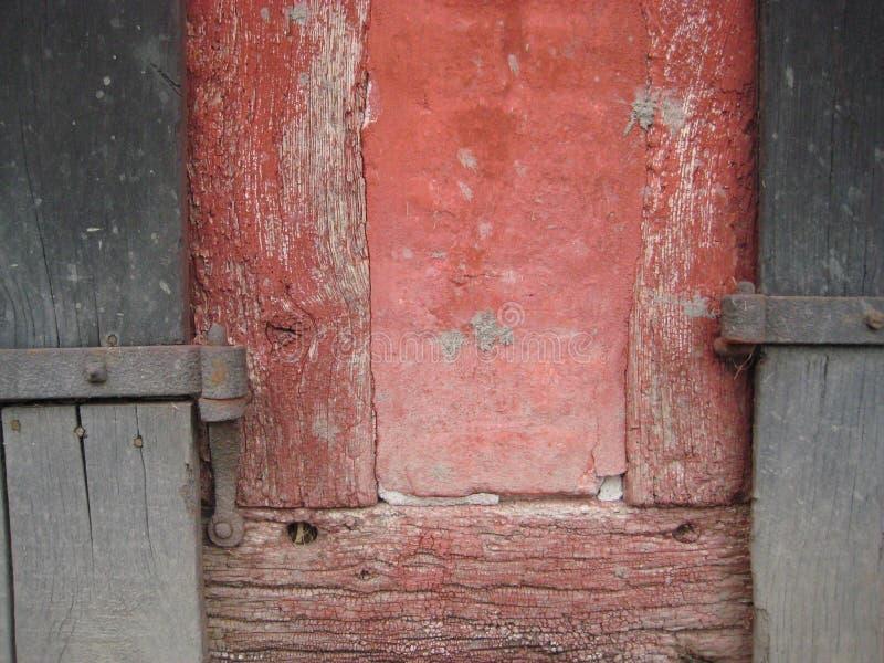 Vecchia cerniera di porte rossa di grey blu della costruzione incorniciata del legname immagine stock