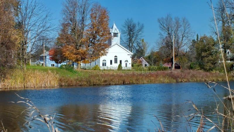 Vecchia chiesa bianca alle rapide di Burritts sul fiume di Rideau immagine stock libera da diritti
