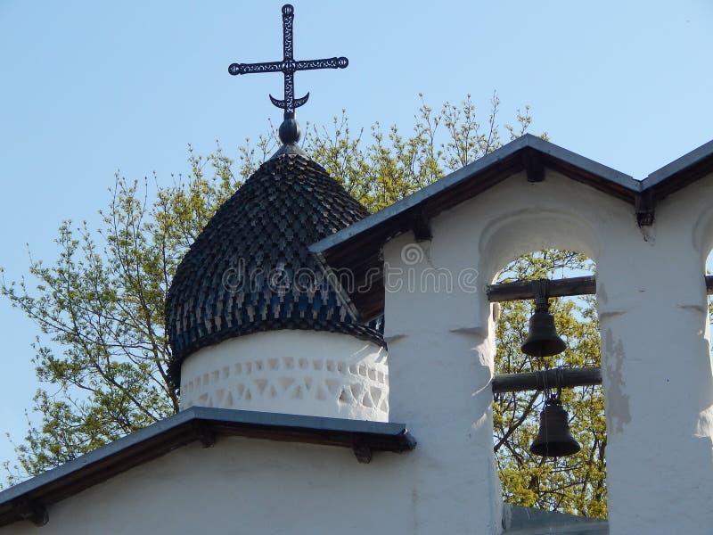 Vecchia chiesa bianca russa, viaggiante, storia fotografie stock