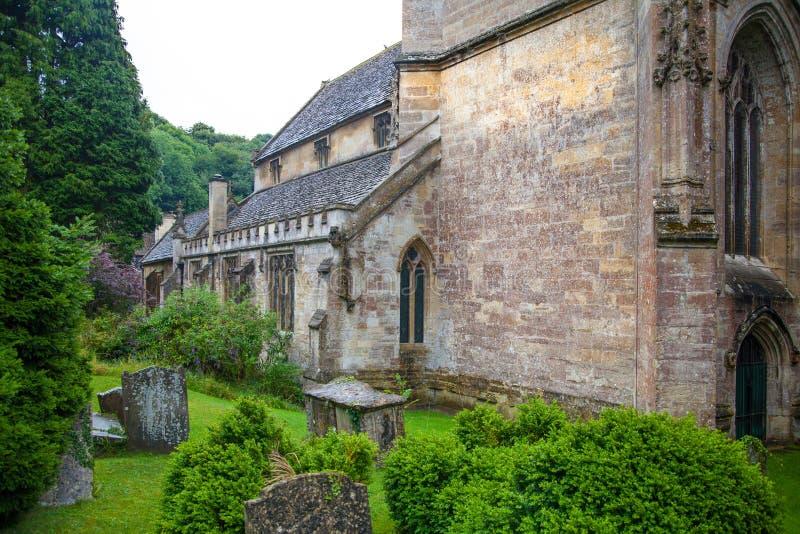 Vecchia chiesa in castello Combe, vecchio villaggio inglese unico immagini stock