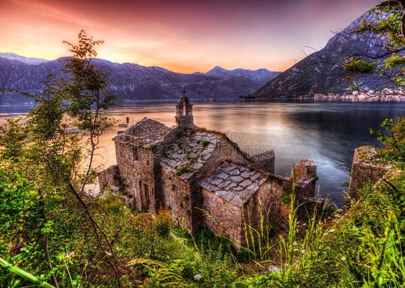 vecchia chiesa che trascura il mare nel tempo di tramonto fotografie stock libere da diritti