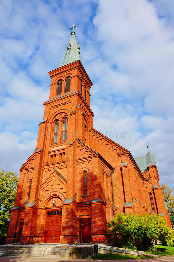 Vecchia chiesa in cielo blu nuvoloso immagini stock