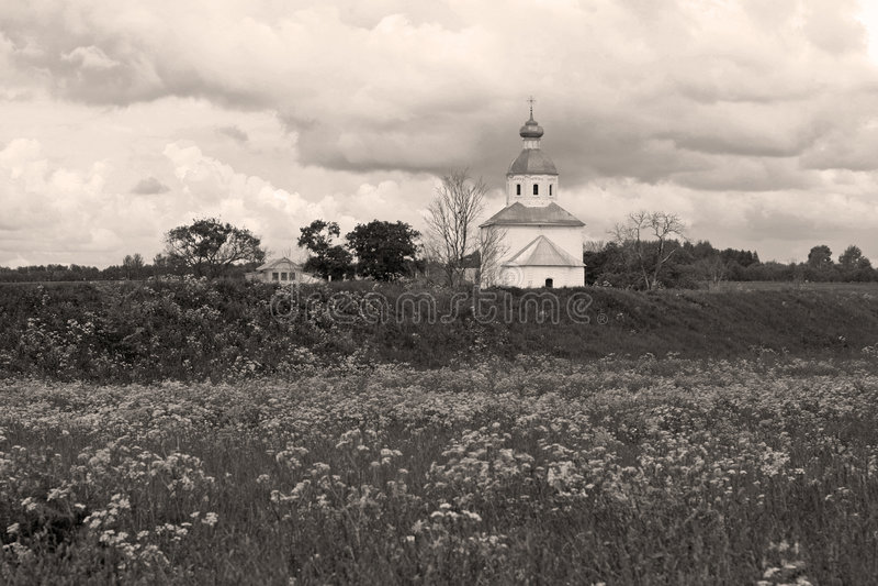 Vecchia chiesa, cielo drammatico fotografia stock libera da diritti