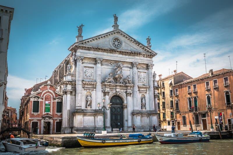 Vecchia chiesa con la facciata decorata su Grand Canal a Venezia fotografia stock