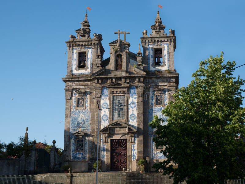 Vecchia chiesa con le mattonelle blu tradizionali di azulejo, Oporto, Portogallo immagine stock