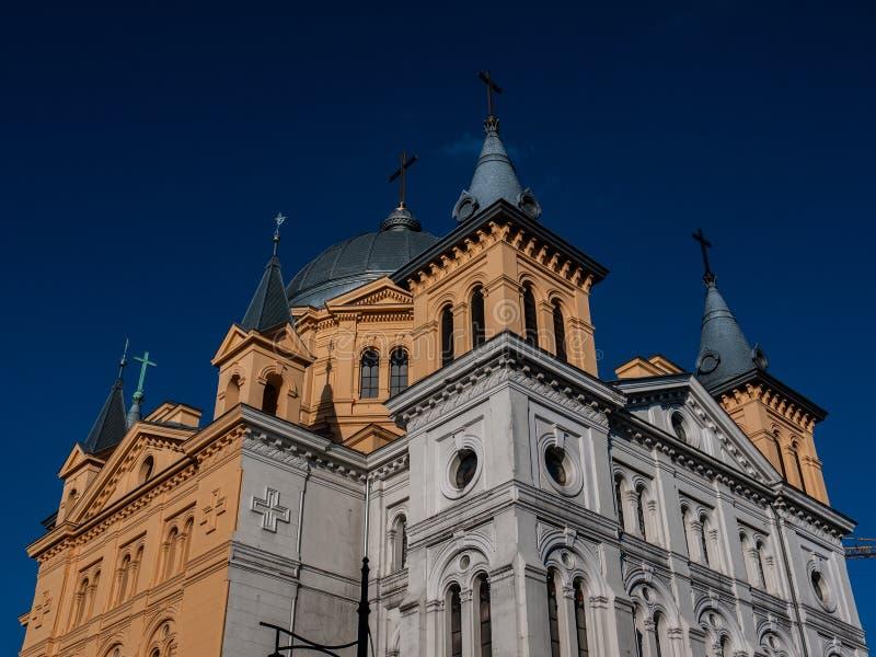 Vecchia chiesa con una facciata brillante fotografia stock