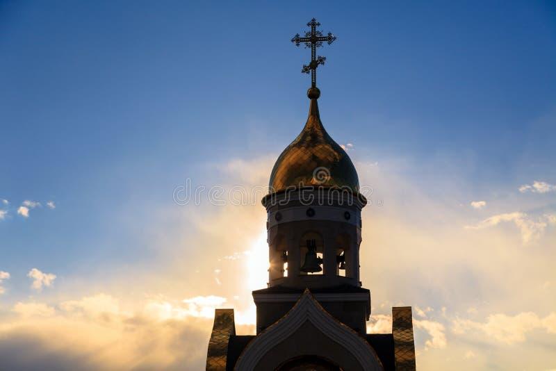 Vecchia chiesa cristiana in Kemerovo con le cupole dorate e dorate, b fotografia stock libera da diritti