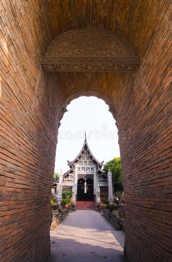 Vecchia chiesa di legno di Wat Lok Molee Chiangmai, Tailandia immagine stock