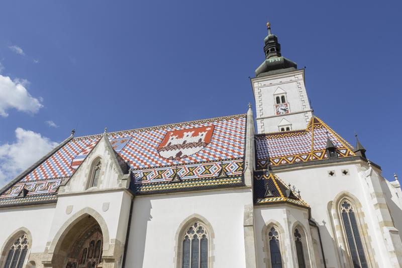 Vecchia chiesa di St Mark con le mattonelle di tetto colorate alla luce solare 0193 immagini stock
