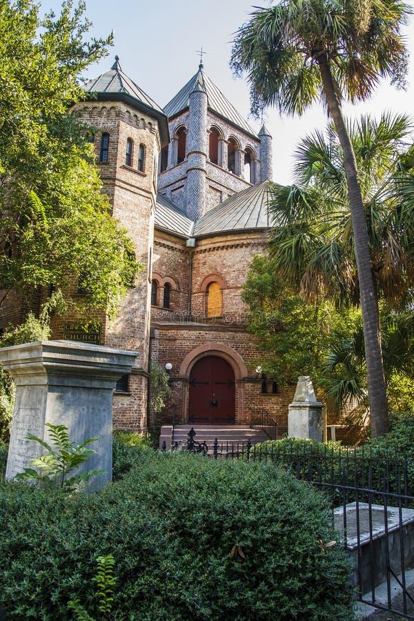 Vecchia chiesa fra le palme fotografia stock