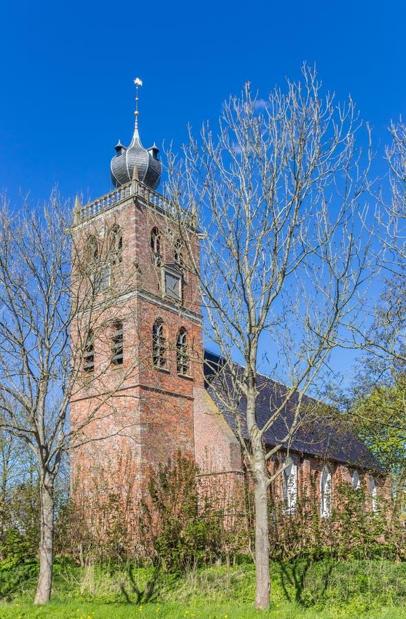 Vecchia chiesa nel villaggio di Noordwolde fotografie stock libere da diritti