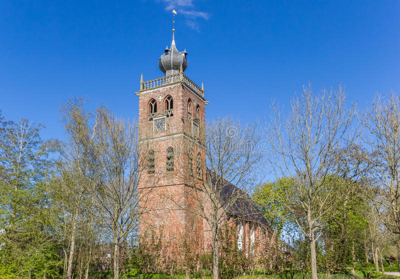 Vecchia chiesa nel villaggio di Noordwolde fotografia stock libera da diritti