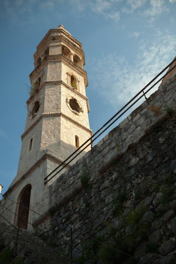 Vecchia chiesa nella città di Perast, baia di Cattaro fotografia stock