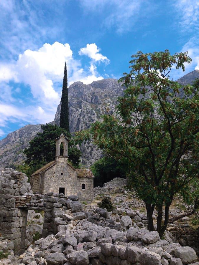 Vecchia chiesa nelle montagne fotografia stock libera da diritti