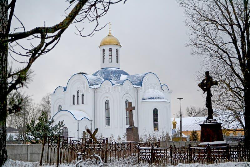 Vecchia chiesa ortodossa con il monastero della donna ed il vecchio cimitero fotografia stock libera da diritti