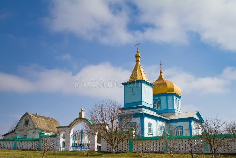 Vecchia chiesa ortodossa di legno di patriarcato di Mosca, Ucraina su una bella mattina soleggiata, molla in anticipo, foto fotografie stock libere da diritti