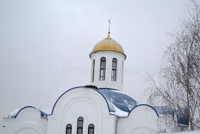 Vecchia chiesa ortodossa Golden Dome in cielo di inverno fotografia stock
