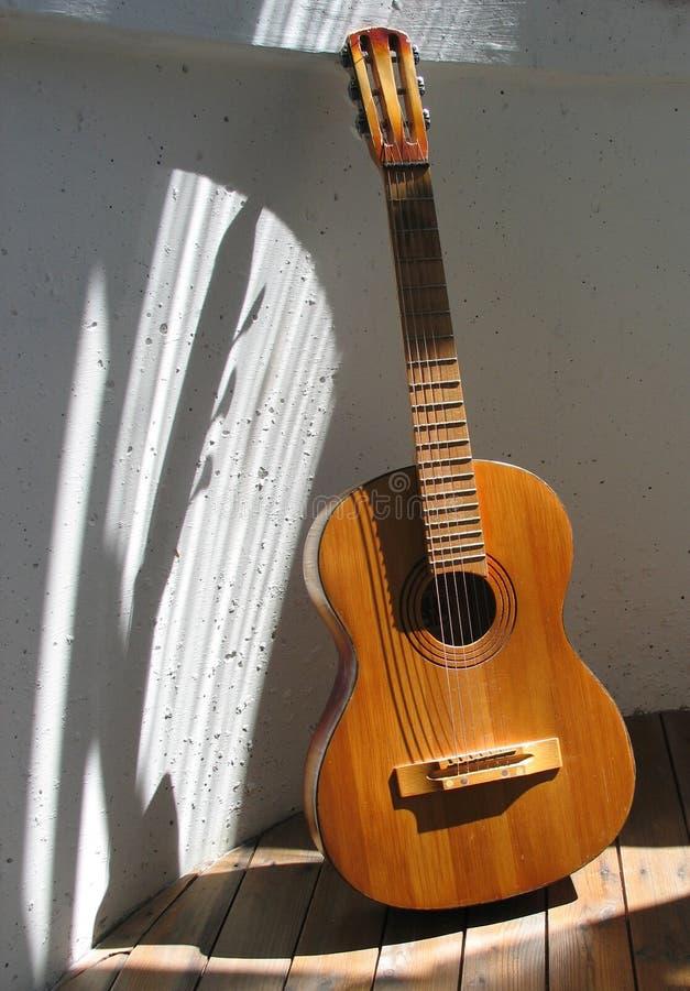 Download Vecchia chitarra immagine stock. Immagine di musica, spagnolo - 218613