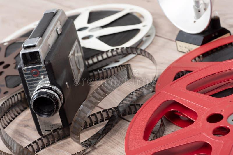 Vecchia cinepresa 16mm con i film delle bobine fotografia stock