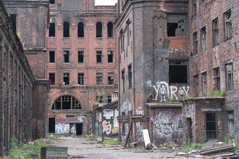 Vecchia città abbandonata, costruzioni di mattone con Windows rotto fotografia stock libera da diritti