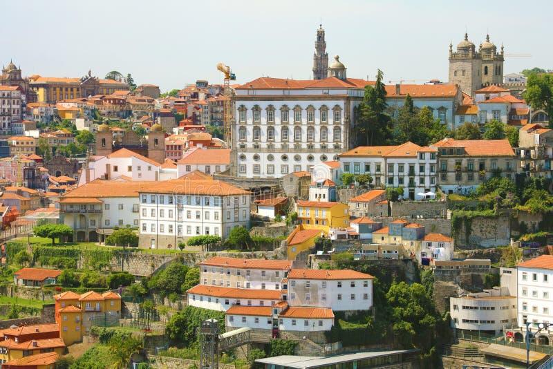 Vecchia città con di Oporto con la vista episcopale di Paço del palazzo episcopale dalla città Vila Nova de Gaia, Portogallo immagini stock