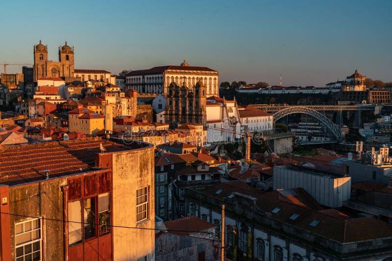 Vecchia città del centro urbano di Oporto durante il tramonto fotografie stock libere da diritti