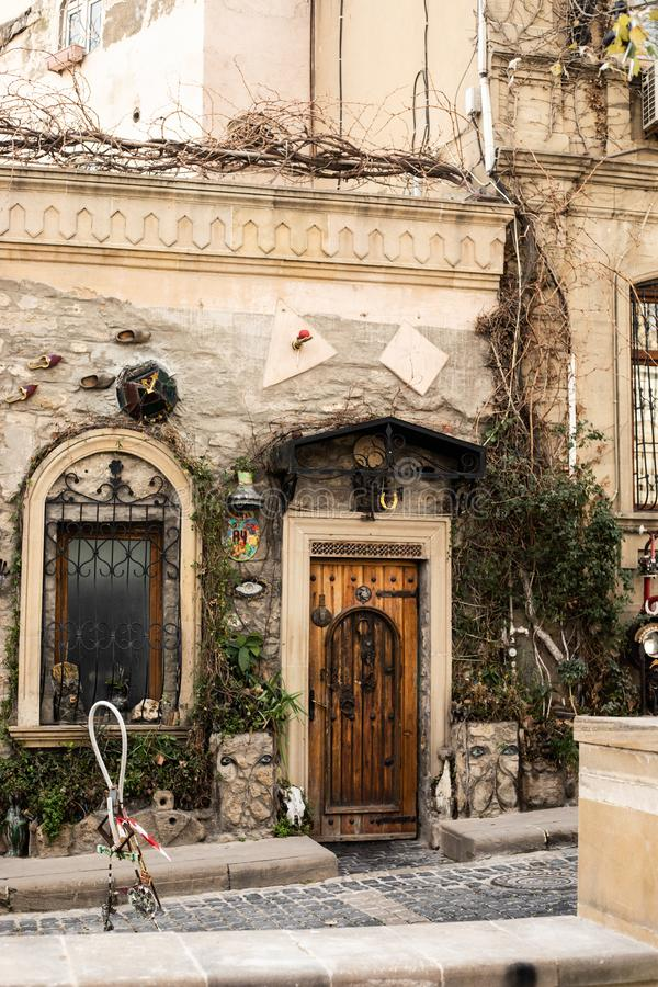 Vecchia città di Bacu Azerbaijan decorazione dell'albero della pianta della porta della parete di arte della via fotografia stock