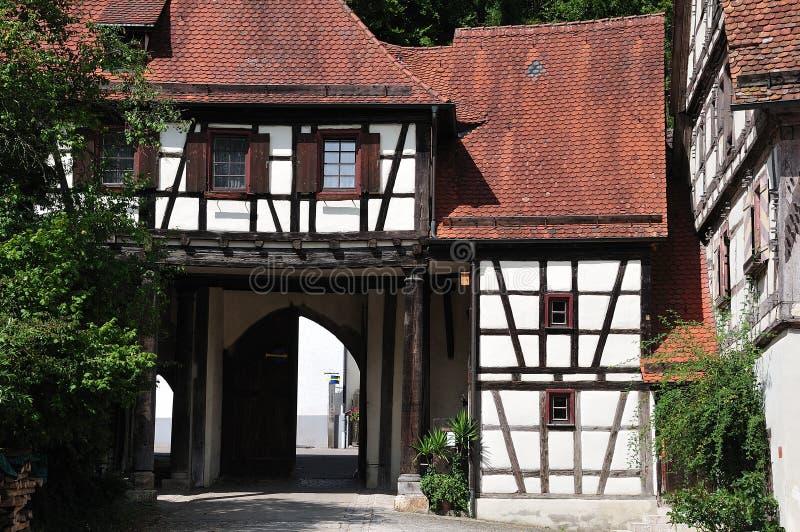 Vecchia città di Blaubeuren, Germania, con il cartello del metallo, gamba tedesca fotografie stock libere da diritti