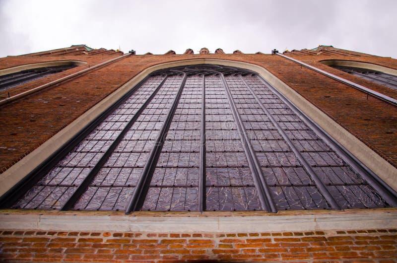 Vecchia città di Danzica, parete di Mary Church del san con vetro macchiato enorme fotografie stock libere da diritti