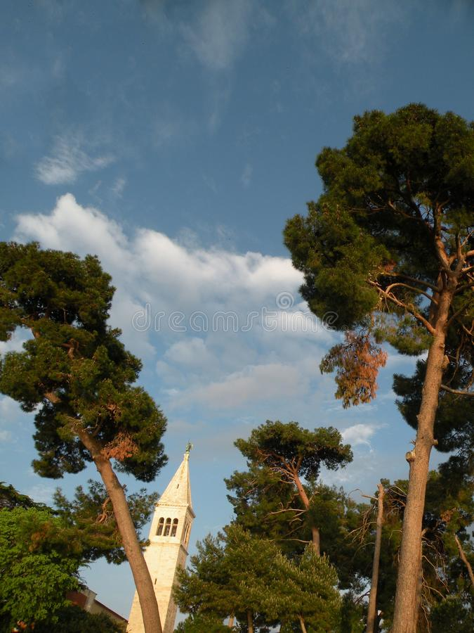 Vecchia città di Istrian di Novigrad, Croazia Una bella chiesa con un alto campanile elegante, i vicoli di pietra e una vecchia c immagine stock